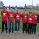Quelques joueurs des groupes U17 et U15 ont présenté les nouveaux maillots entourés du président et du sponsor.