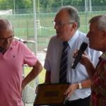 Le président de la ligue Bernard Barbet remet au secrétaire Pierrot Buard un cadeau du club pour ses plus de 30 ans de secrétariat.
