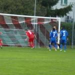 Tête d'Antoine Rude sur corner : Arnaud et Loïc sont trop courts pour dévier la balle dans le but.